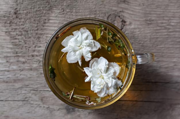 10 alimentos surpreendentemente saudáveis cha verde com flores de jasmim 113873 227