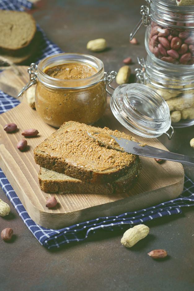 manteiga de amendoim cremosa organica caseira em uma jarra