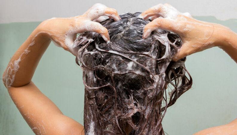 mulher lavando cabelo 0317 1400x800 1